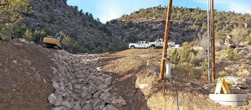 Naturita Regenwassersanierung - Beispiel für Riprap am Hang Beispiel für Schotter entlang des Gefälles